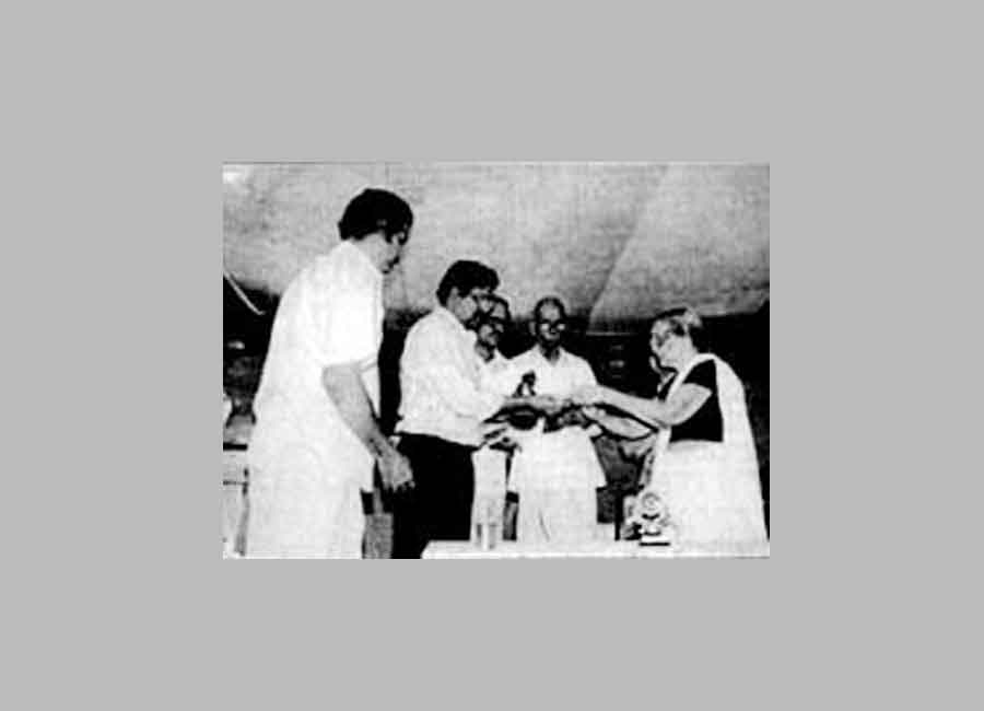 Receiving Nalappat Award from Nalappat Ammini Amma, in 1998 for the book Sookchivachu Mayilpeeli.